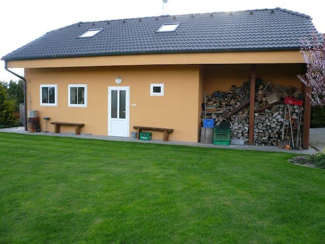 Dům na zahradě, rybník a parkování - Nové Strašecí - Dům
