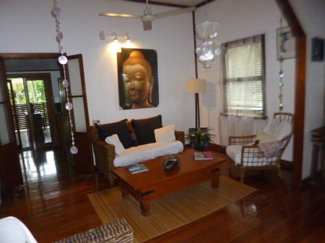 Tropical style Queenslander no extra cleaning fee