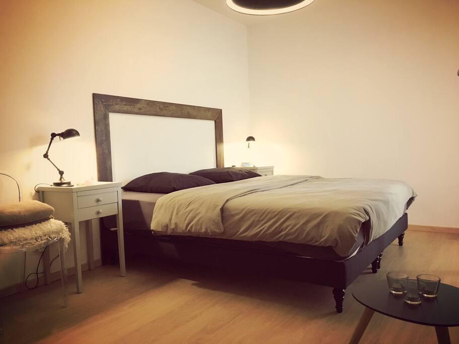 Chambre - Lit 180 x 200 cm confortable, commode et porte-fenêtre sur balcon