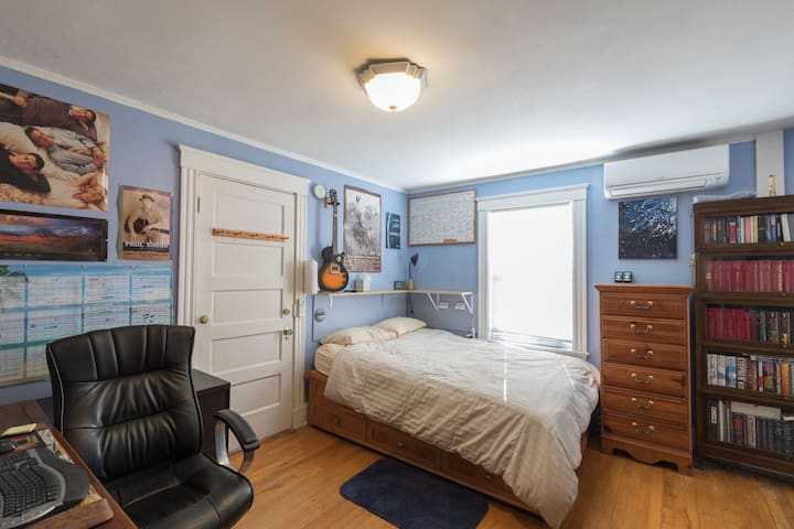 Master bedroom, note Captains bed is on a slight angle, just like your on a ship! Promotes healthy digestion.