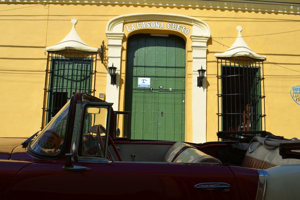 Puerta Principal Hostal La Casona Cueto