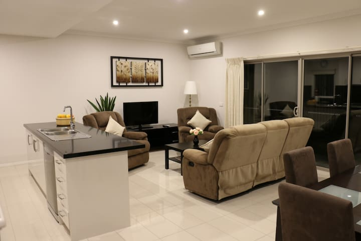 Fully AC Modern Town House in Mount Waverley (1)