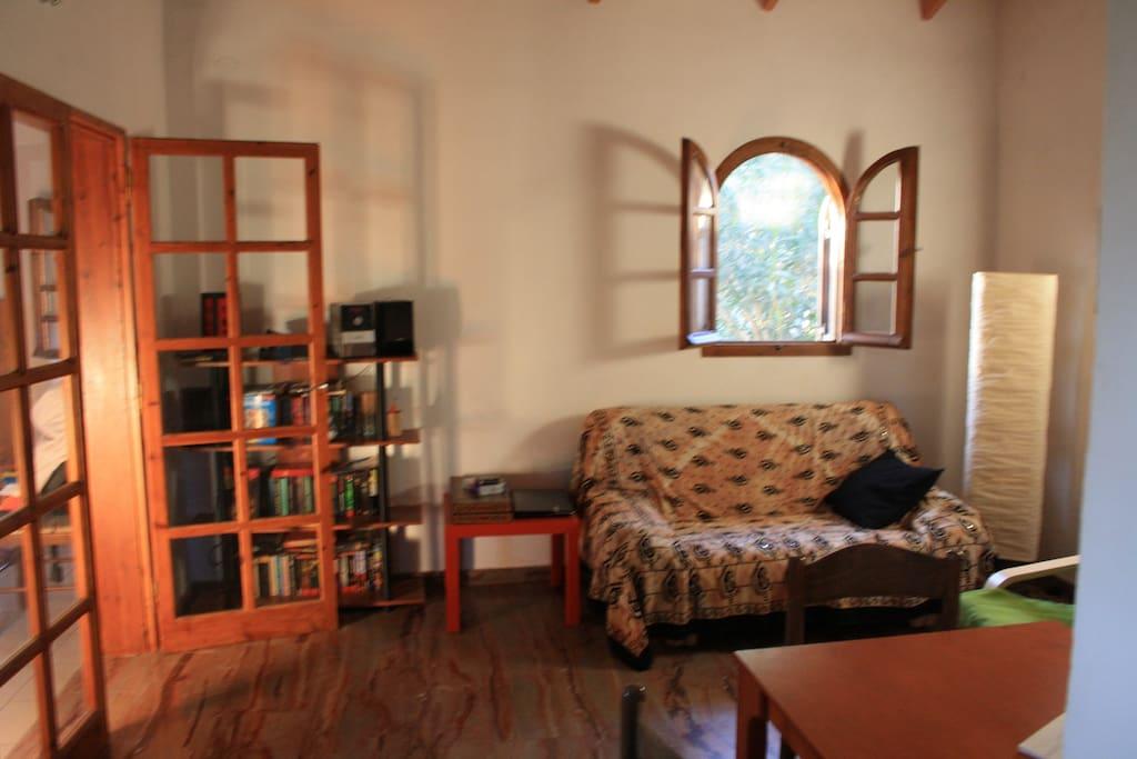 Wohnzimmer mit Zugang zum unteren Schlafzimmer