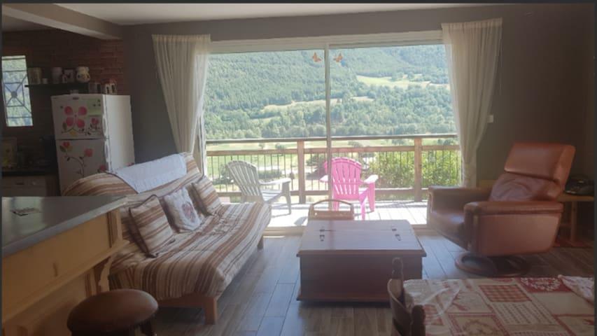 L'espace détente pour profiter de la vue sur les montages et la vallée. Le canapé est un clic-clac, vous disposez ainsi d'un couchage supplémentaire pouvant accueillir deux personnes.