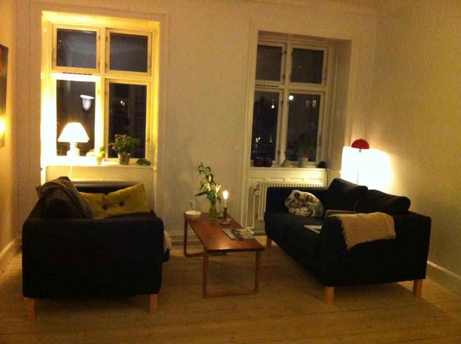 Stuen er hygge og man kan ligge i hver sin sofa og nyde solen - når den er der!