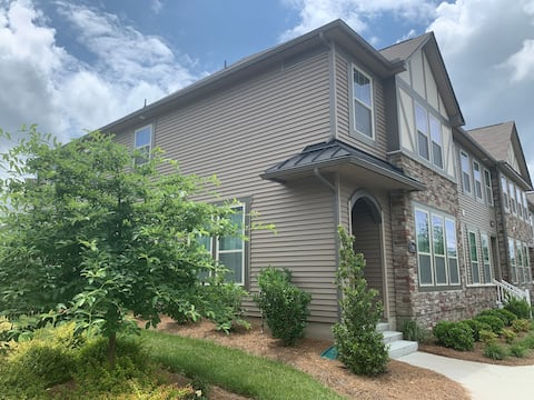 Stay at Lynette's! Near CLT Airport and Outlet.