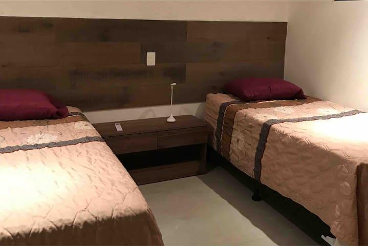 dormitorio con dos camas full