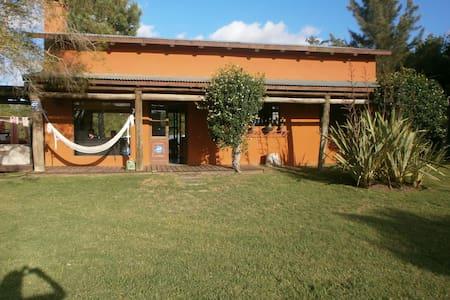 linda casa con gran parque jardín - Casa