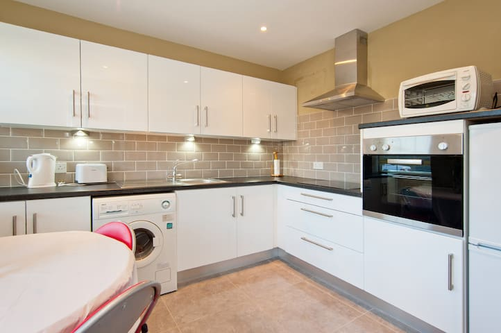 Double Room. Spacious Townhouse Close to City