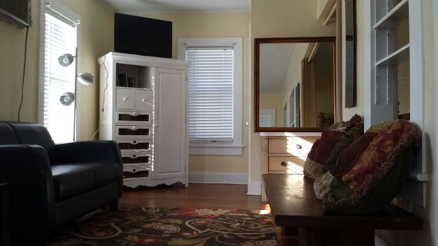 bright sunny cottage walk to beach  - Lake Worth - Apartment