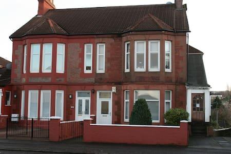 Glasgow villa conversion flat.  - Rutherglen - Wohnung