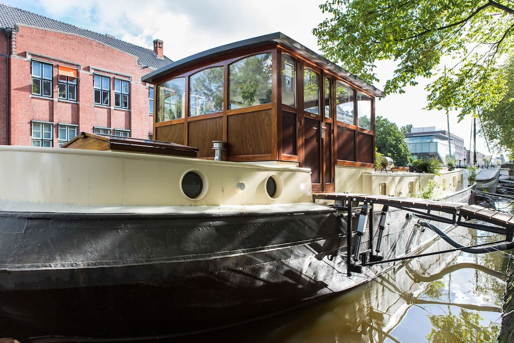 New design houseboat green centre houses for rent in for Airbnb amsterdam houseboat