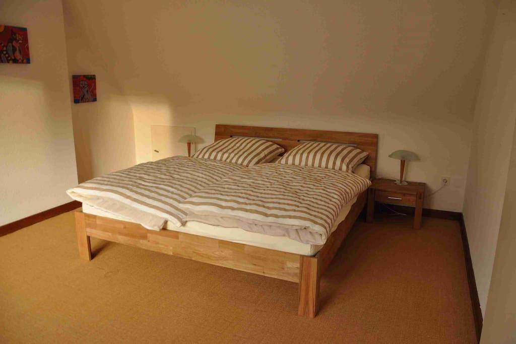 Schlafzimmer mit gemütlichem Bett ...