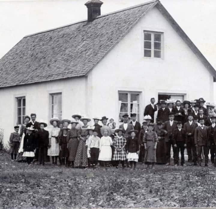 Kalkstenshus med historia i naturskön bygd.