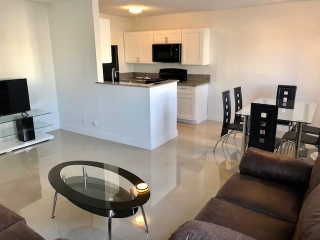 RENOVATED 2 BDRM MINUTES FROM STRIP! FREE PARKING!