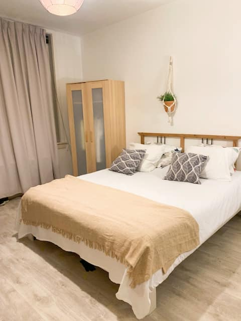 spacious room in amsterdam only for women