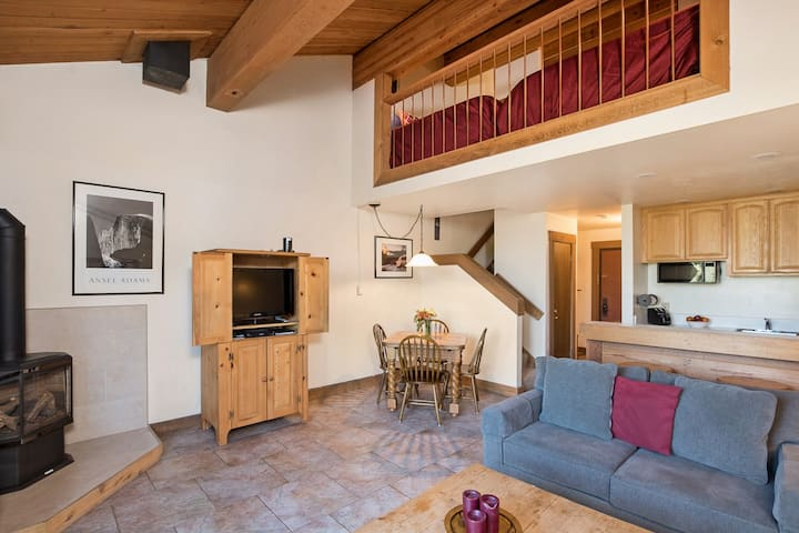Ski-in/Ski-out Access Condo with WiFi and Mountain Views