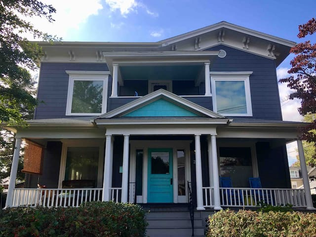 Sunny 2-Bedroom, Stroll Downtown!
