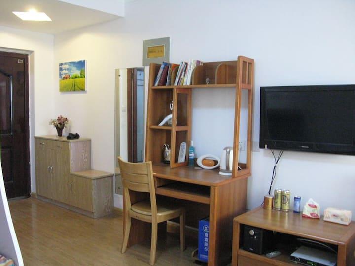 房屋小而精致,用品、设备一应俱全,可以做饭,居住舒适。乘坐公交车,去海滨和各景点都很便利