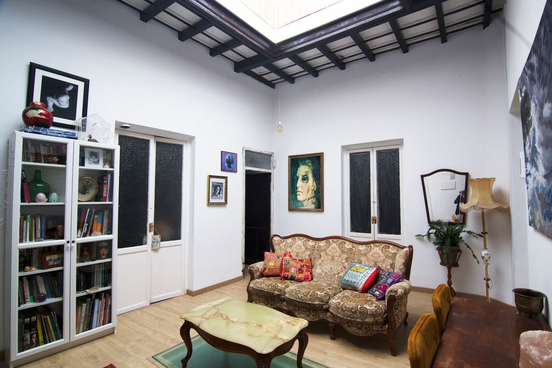 El salón principal con una gran claraboya central que da una iluminación y ventilación natural.