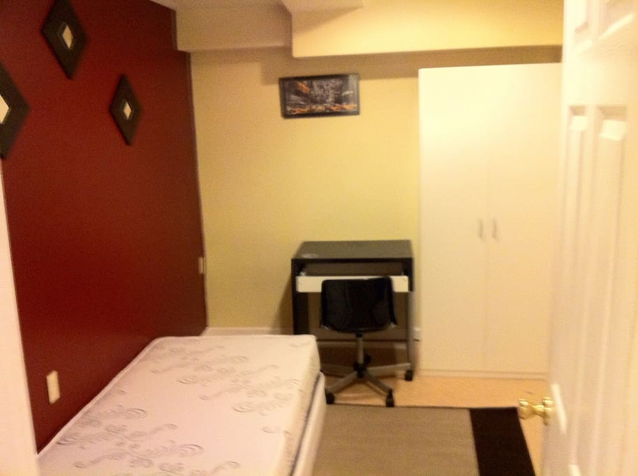 Cozy room for rent next to a metro