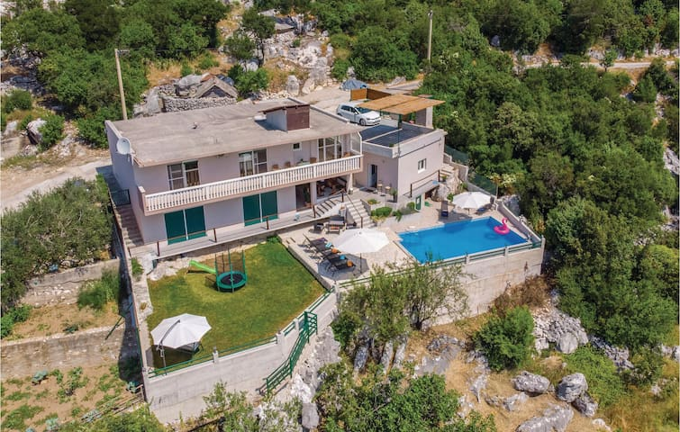 Holiday cottage with 2 bedrooms on 91m² in Ploce