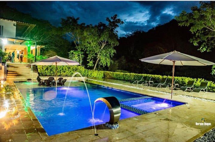Hermosa finca con piscina ubicada en Sopetrán
