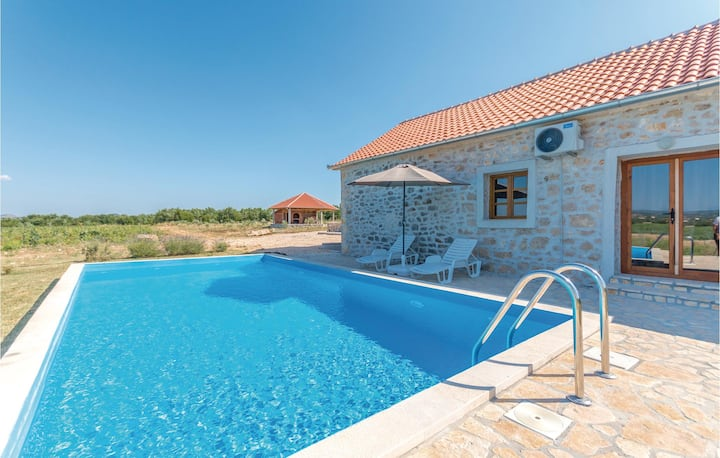 Amazing home in Lisane Tinjske with Outdoor swimming pool, Outdoor swimming pool and 4 Bedrooms