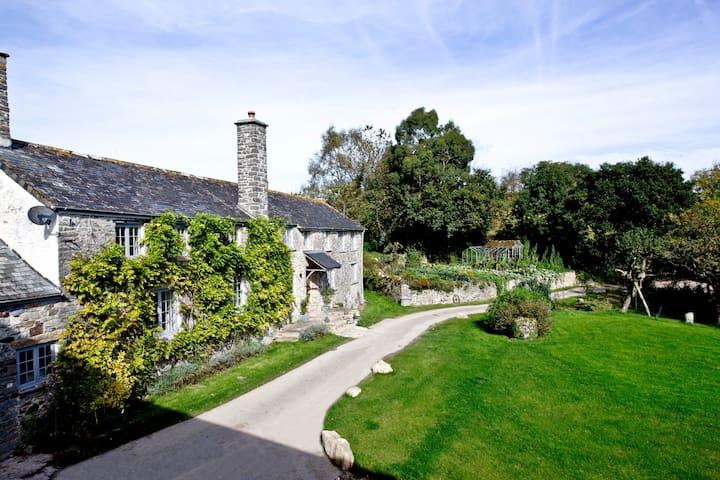 Devon longhouse with private gardens - Pip Farm 1