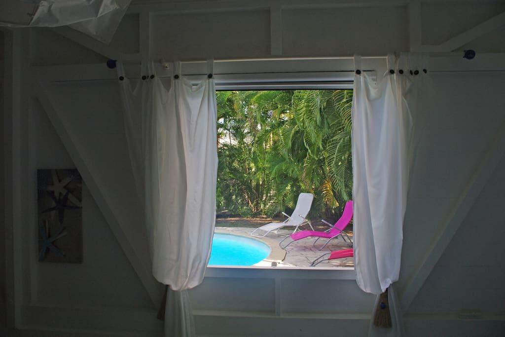 La chambre Karaïb donne sur la piscine