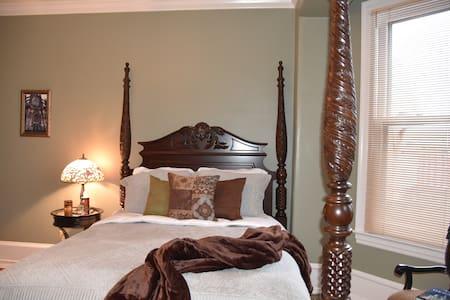 The Bismarck Bed & Breakfast; Cologne Room