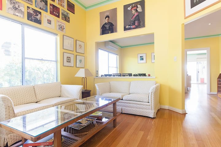 DESIRABLE HOME, PREMIUM SUBURB, JUNE-OCT 2017 - Claremont - บ้าน