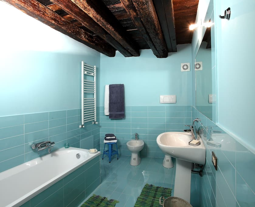Bathroom of the orange room/ Bagno della stanza arancione