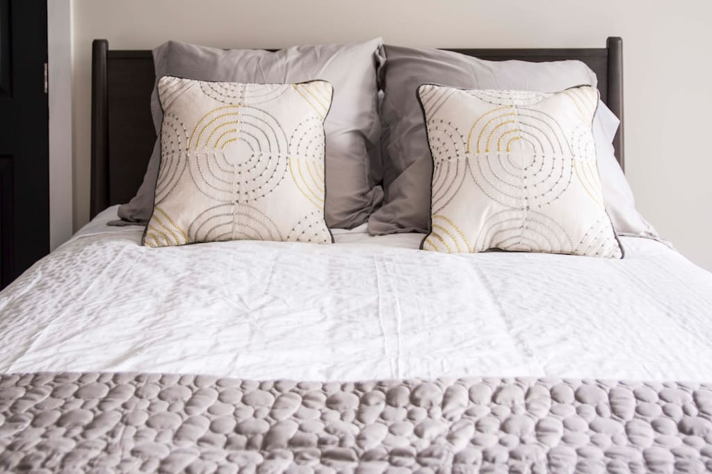Cozy Queen Bed w/ Nate Berkus Linens!
