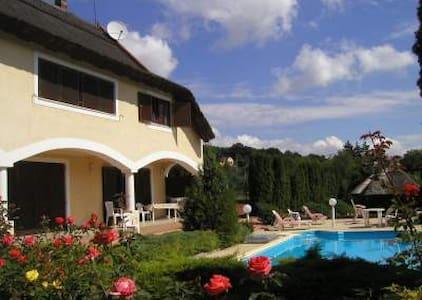 Ap.to con terrazza, piscina, tennis - Révfülöp - Apartemen