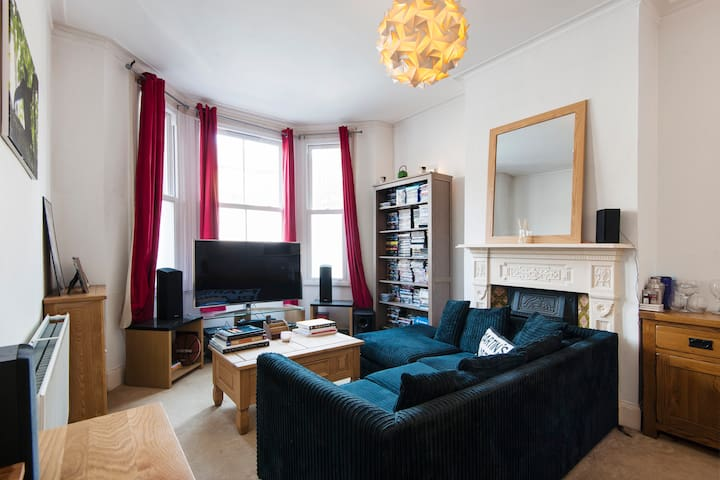 Awesome 2 BD Seconds From Clapham Common!