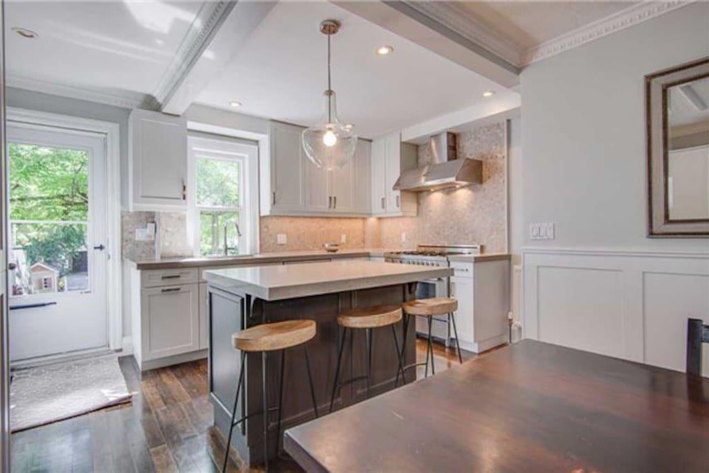 Master Bedroom In Davisville W Queen Bed Houses For Rent In Toronto Ontario Canada