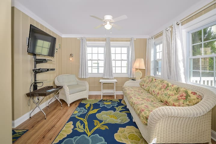 Charming 2 Bedroom condo less than 1 block to the beach