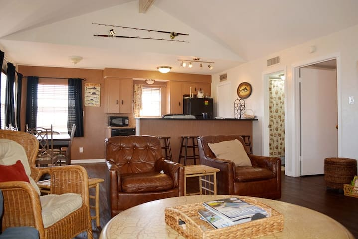 Sleeps 8.  Great Value. Walk to restaurants. - Port Aransas - Appartement