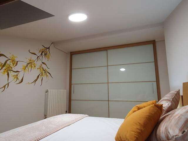 DORMITORIO 1 Cuenta con cama de 1,50 x 1,90 un armario grande y lo mejor es que tiene baño privado.