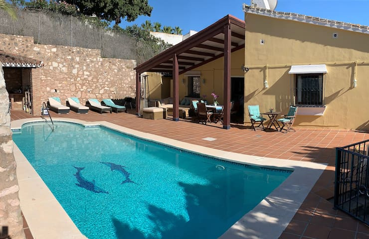 Villa med insynsskyddad pool i lugnt villaområde!