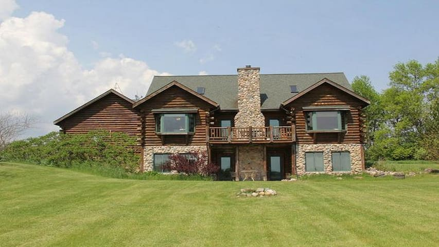 The Lodge: Magnificent Log Cabin - Plymouth - House