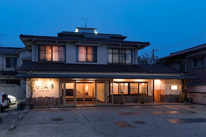 七尾線宇野気駅徒歩1分 金沢近郊、能登の玄関口。観光の拠点に。ホテル内の和室でゆったりと。
