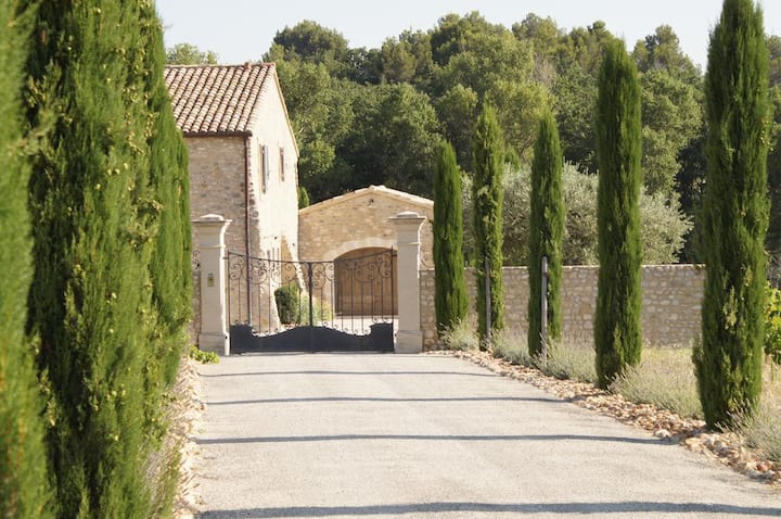 Prestigious Provencal farmhouse amidst vineyards