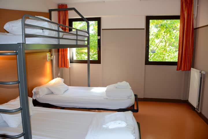 Chambre 3 lits douche/WC privée