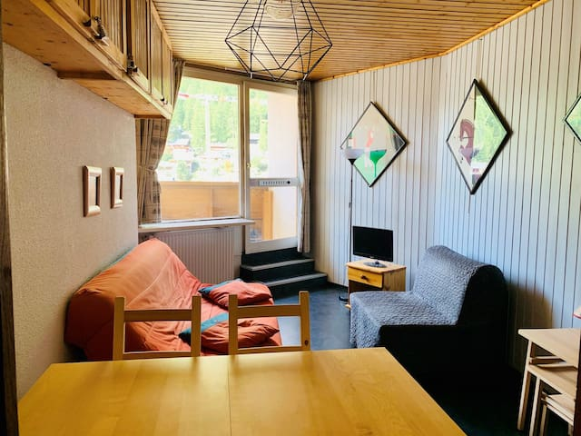 Studio for 4 people located in Val d'Isère, 400m away from town centre, free shuttle bus stop just outside of the building