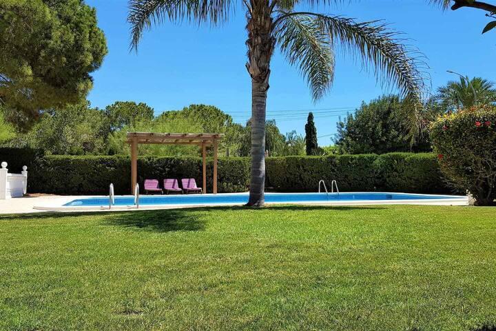 Villa avec piscine et terrain de tennis privé!