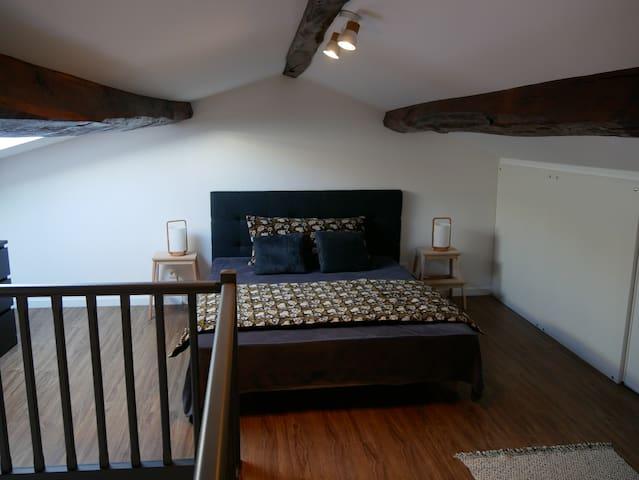 La chambre, sur la mezzanine (lit 160x200)