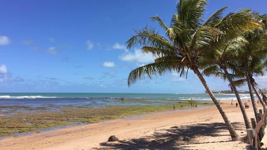 Visão parcial da praia, a 100 metros do imóvel