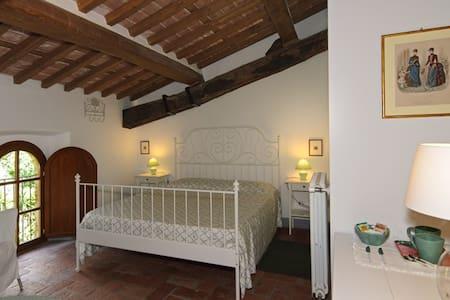 Una camera nella Valgraziosa - Calci - Aamiaismajoitus